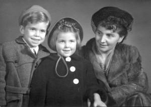 Kopie-von-Jürgen-1949-mit-Schwester-und-Mutter.jpg